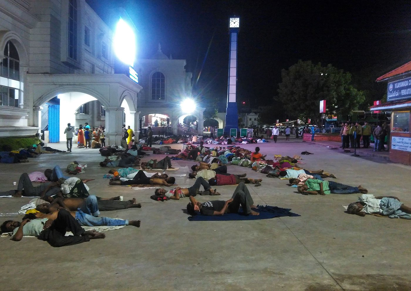 Hundreds of migrant daily wage labourers sleep outside the Vijayawada Railway station every night amidst severe cold in the winters