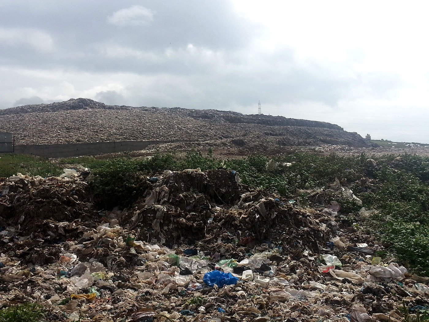 A wide shot of the Uruli Devachi garbage dump