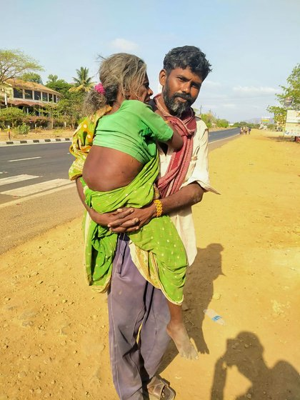 The man, Vishwanath Shinde, a migrant worker, carrying his aunt Bachela Bai on the Mumbai-Nashik Highway, was journeying from Navi Mumbai to Akola in Vidarbha. The artist, Labani Jangi, saw this scene in a report by Sohit Mishra on 'Prime Time with Ravish Kumar' (NDTV India), on May 4, 2020. The text from Labani was told to and translated by Smita Khator