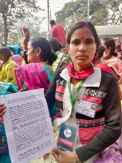 Ranjita Samanta (left) presented the resolutions passed at the session, covering land rights, PDS, MSP and other concerns of women farmers such as (from left to right) Durga Naiya, Malati Das, Pingala Putkai (in green) and Urmila Naiya