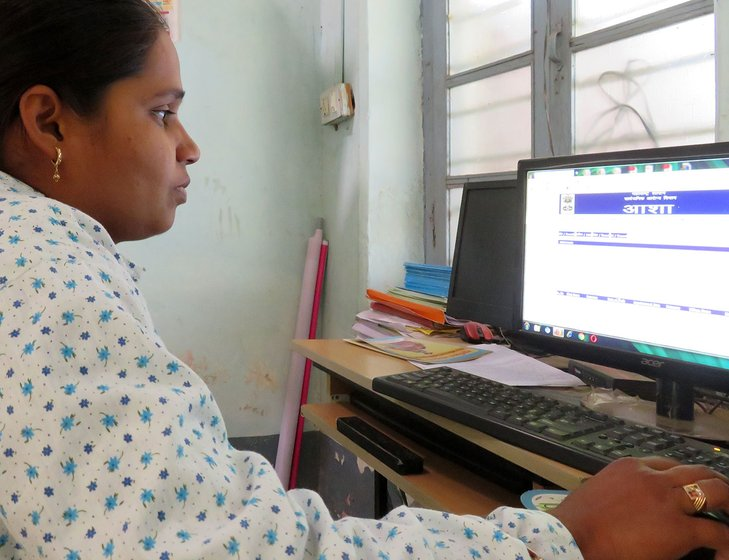 Priyanka Pujari filling the data on ASHA website
