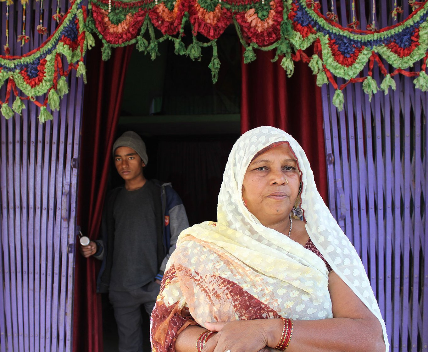 Sunita Raj, neighbour of Dharmendra in front of her home in the village of Dharauta (Allahabad)