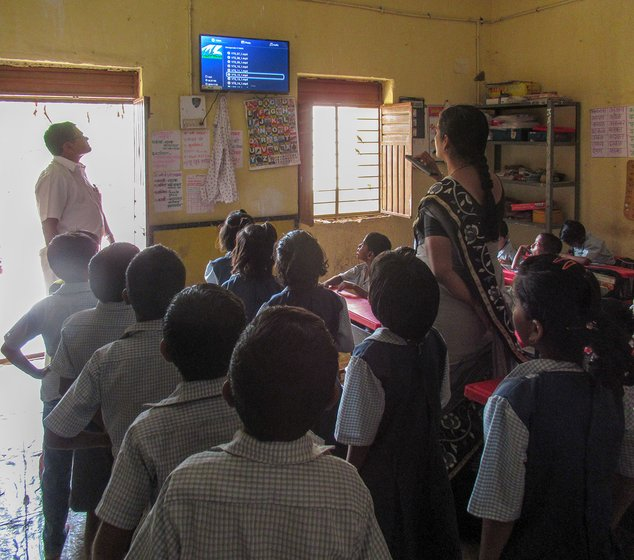 Saknewadi school where the teacher Samipata Dasfalkar turns on the TV