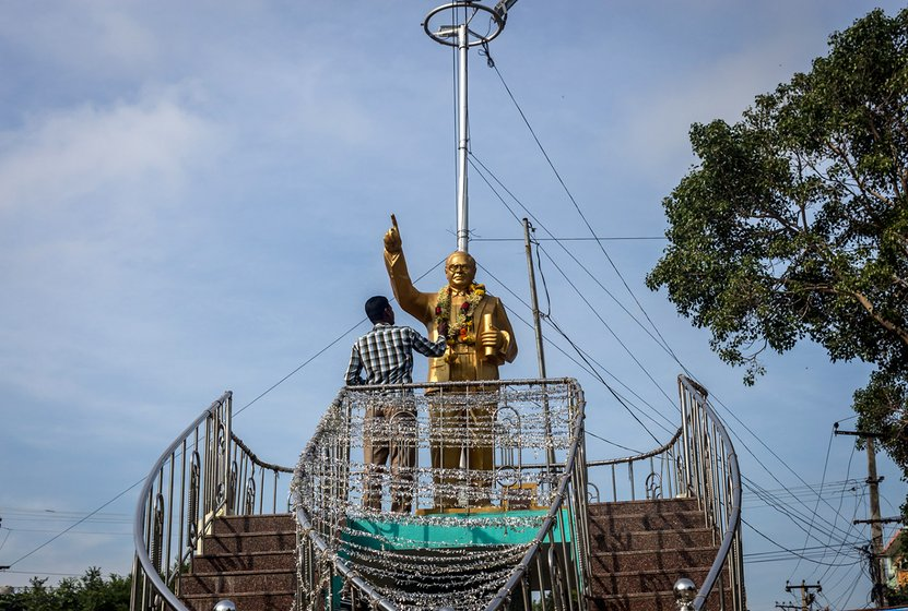 Subhan garlanding the statue