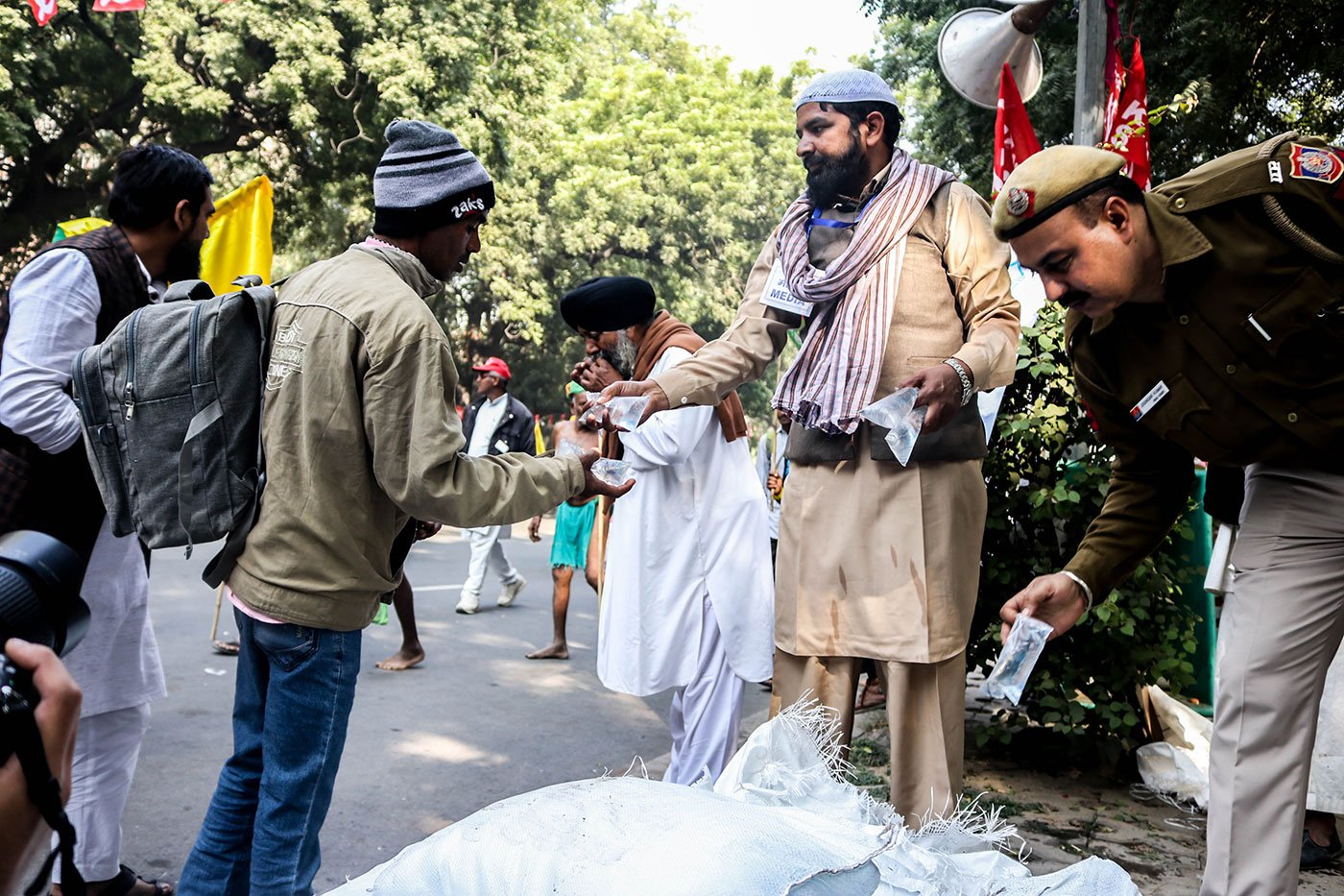 Volunteers distributing water to the farmers at Parliament Street
