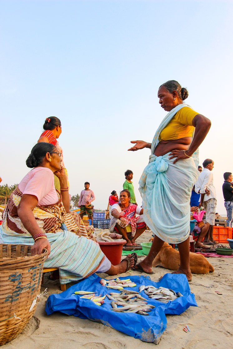 Selling her fish in the evening auction (left) and everyday banter at the evening auction (right). The last Marine Fisheries Census (2010) records about 4 lakh women in the post-harvest workforce in marine fisheries (involved in all activities except the actual fishing process)