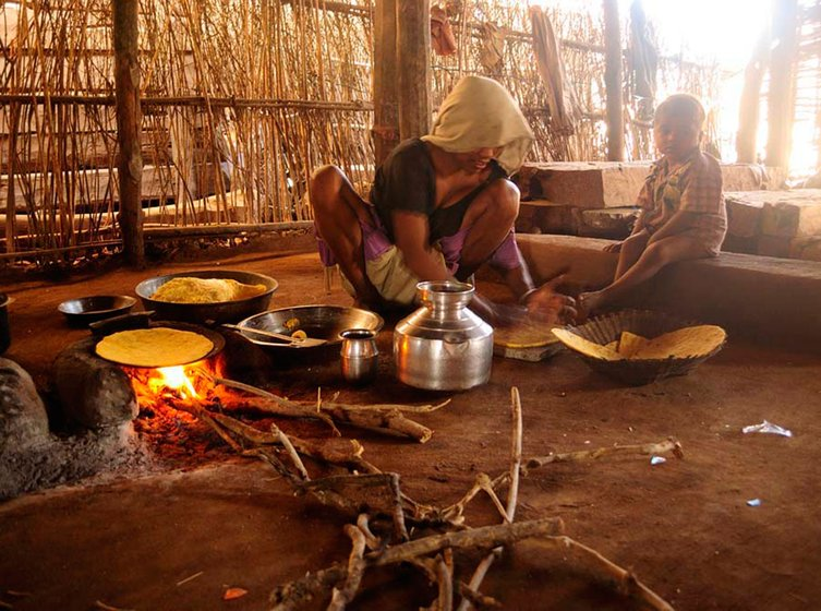 A woman making rotis of maize flour in Aakadiya village. Maize and sorghum are a part of the staple diet, not wheat, which is commonly used to make rotis elsewhere in India. People here can rarely afford to buy other grains from the market