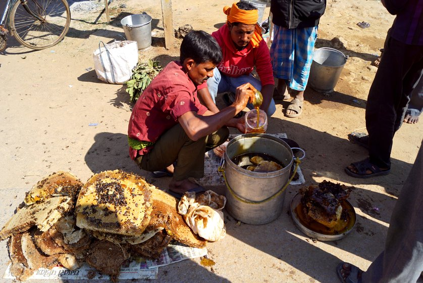 Saibal (in red shirt, pouring the honey) and Ranjit Mandal (not in the photo), along with a few others, at their makeshift roadside honey stall in Nagri tehsil
