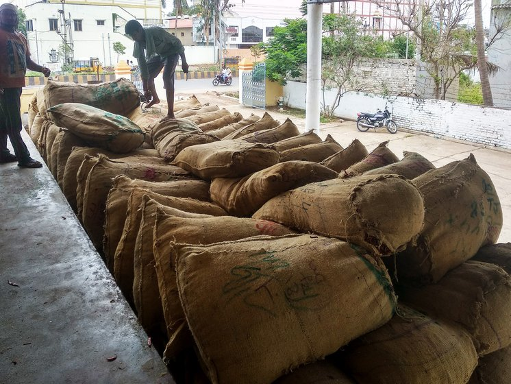 workers loading sacks of mirchi