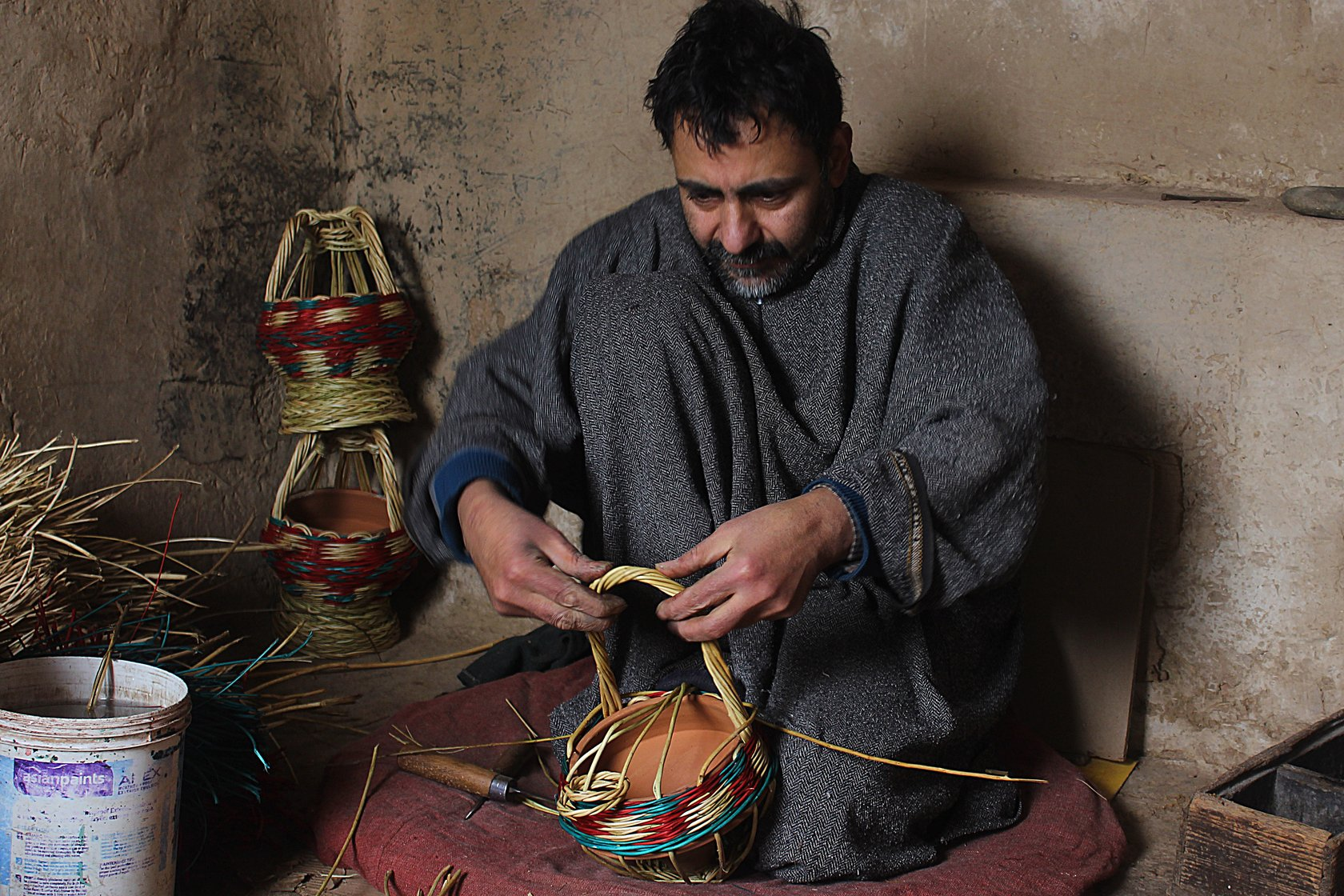"Manzoor Ahmad, 40, a resident of Kanil mohalla in Charar-i-Sharief, has been weaving kangris for 25 years. ""I can weave up to 3-4 basic kangris in a day and it takes me 3-4 days to make a high quality kangri,"" he says"
