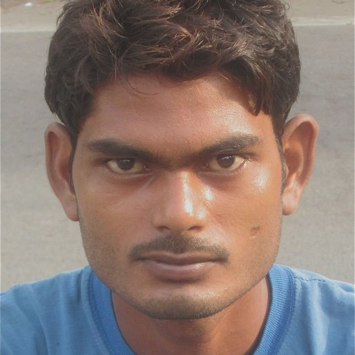 ANIL KUMAR GAUTAM is a Palledari (carrying and lifting of goods) from Gramanipur, Barabanki, Uttar Pradesh